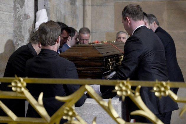 Ukládání ostatků kardinála Josefa Berana.