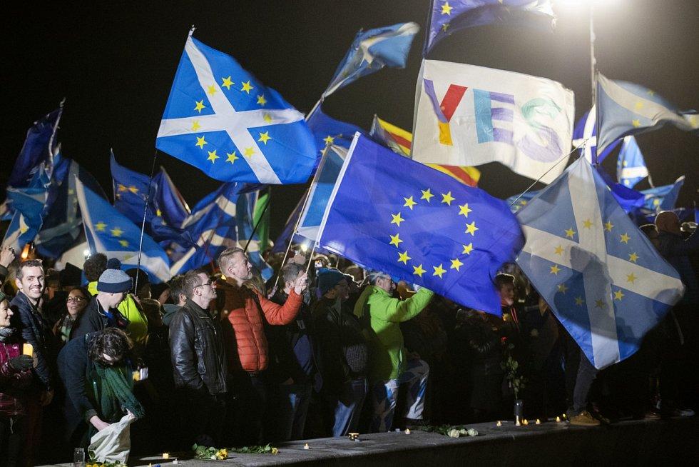 Některé vlajky Skotska pak byly ozdobeny zlatými hvězdami Evropské unie.