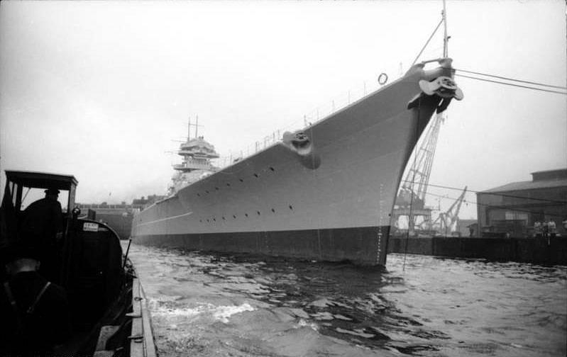 Bitevní loď Bismarck v přístavu v Hamburku. Jméno plavidlo dostalo po železném kancléři Otto von Bismarckovi, loď křtila jeho vnučka.