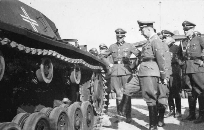 Heinrich Himler při inspekci 1. esesácké tankové divize Leibstandarte SS Adolf Hitler, která dobývala také Taganrog