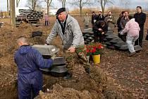 Na městském hřbitově v Chebu byly uloženy ostatky prvních čtyřset německých vojáků z období druhé světové války. Jedná se vesměs o neznámé padlé. Celkem zde má být uloženo 5 500 padlých německých vojáků.