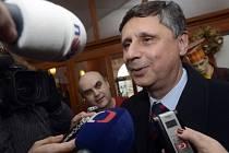 Neúspěšný prezidentský kandidát Jan Fischer hovoří s novináři poté, co se sešel 18. února s budoucím prezidentem Milošem Zemanem v jeho kanceláři v pražské Loretánské ulici.
