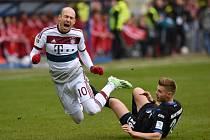 Opora Bayernu Mnichov Arjen Robben (vlevo) se poroučí k zemi po střetu s Florianem Hartherzem z Paderbornu.