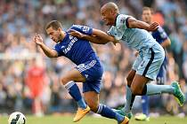 Eden Hazard z Chelsea (vlevo) se snaží přesprintovat Vincenta Kompanyho z Manchesteru City.