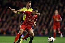 Philippe Coutinho z Liverpoolu (vlevo) a Lee Cattermole ze Sunderlandu.