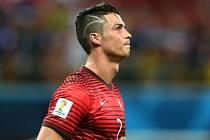 Cristiano Ronaldo si nechal na hlavě vystříhat jizvu, kterou má na hlavě po operaci mozku jeho malý fanoušek.