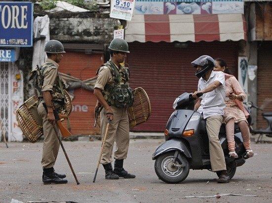 Úřady vyhlásily zákaz vycházení koncem minulého týdne v sedmi městech v indické části Kašmíru kvůli střetům mezi hinduisty a muslimy.