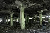 Opuštěná textilní továrna na jihu Bombaje, kde došlo k hromadnému znásilnění novinářky.