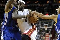 LeBron James prochází obranou Golden State Warriors.