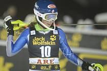 Mikaela Shiffrinová se raduje z vítězství ve slalomu SP v Aare.