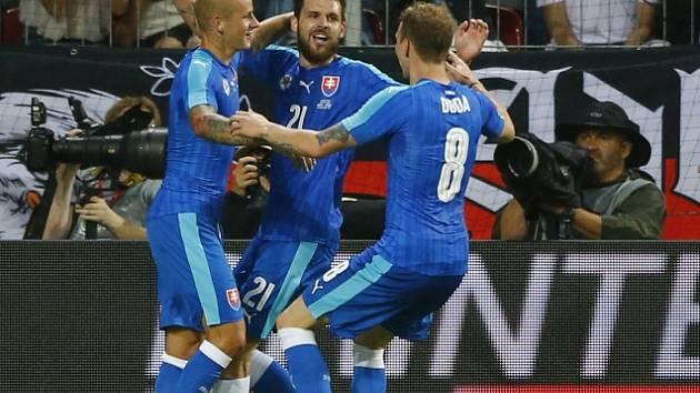 Michal Ďuriš (uprostřed) se raduje z gólu v německé síti.