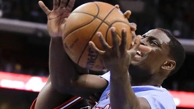 Darren Collison z LA Clippers (vpravo) se snaží prosadit proti Chicagu.