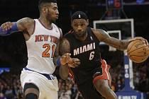 Hvězda Miami LeBron James (vpravo) se snaží přejít přes Imana Shumperta z New Yorku.