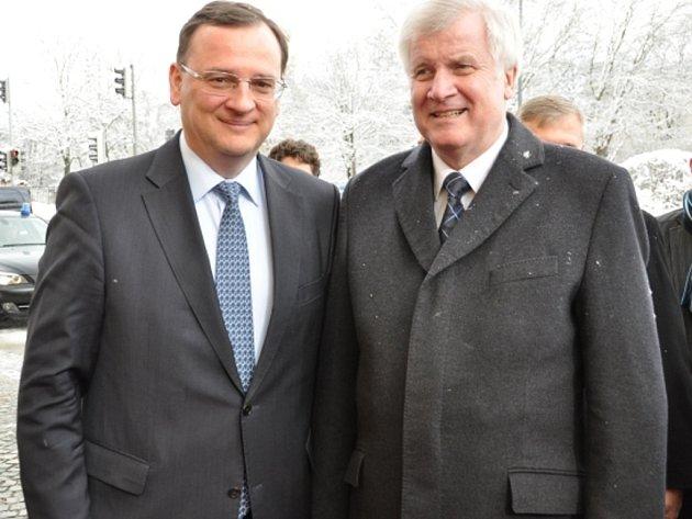 Premiér Petr Nečas (vlevo) zahájil v Mnichově setkáním s ministerským předsedou Horstem Seehoferem (vpravo) dvoudenní pracovní návštěvu Bavorska.