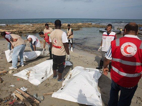 V Lybii objevili těla utopených migrantů.