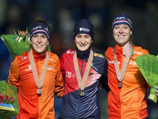 Martina Sáblíková (uprostřed) vybojovala na MS zlato na 3000 metrů. Druhá skončila její velká rivalka Ireen Wüstová (vlevo), třetí dojela Marije Jolingová.