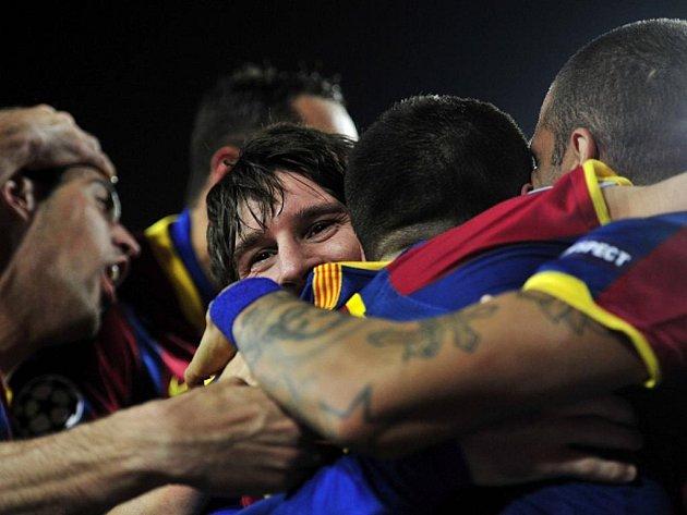 Hvězda Barcelony Lionel Messi (uprostřed) slaví se spoluhráči gól proti Arsenalu.