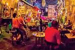 I během Eidu, což je rodinný svátek na konci ramadánu, vidíte v kavárnách velkých měst převážně jen muže.