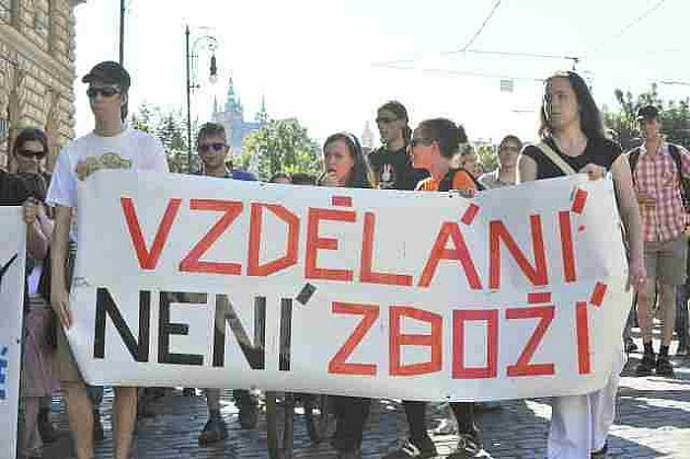 Demonstraci proti školnému uspořádala 27. června na náměstí Jana Palacha v Praze 1 iniciativa Vzdělání není zboží. Po projevech se účastníci vydali před ministerstvo školství.