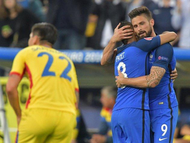 Fotbalisté Francie se radují z gólu proti Rumunsku.