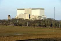 Jaderná elektrárna Hinkley Point. K existujícím blokům A a B se v současnosti přistavuje blok C.