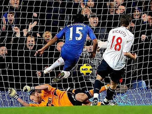 Malouda z Chelsea střílí rozhodující gól do sítě Boltonu.