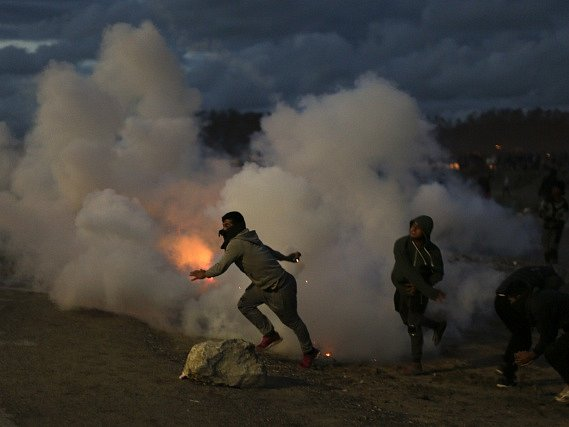 Uprchlíci z tábora u Calais se v noci na dnešek střetli s pořádkovými silami v sérii potyček, během kterých na policisty házeli lahve a kameny.