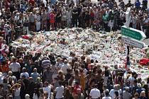 Lidé po celé Francii dnes v pravé poledne drželi minutu ticha za oběti útoku v Nice.