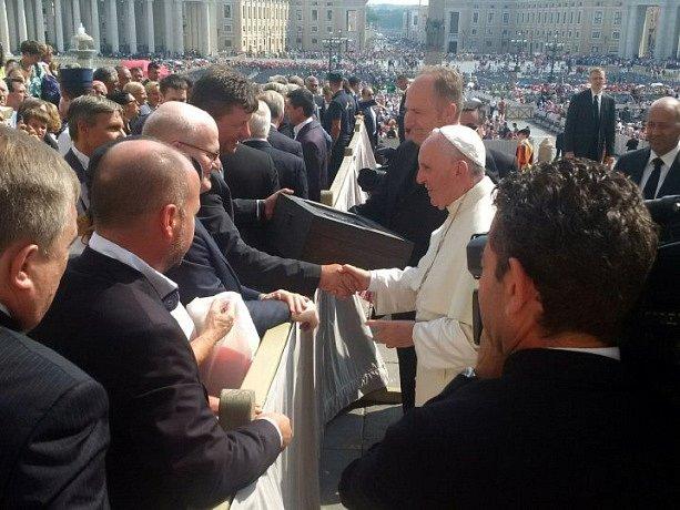 Ministr kultury Daniel Herman dnes ve Vatikánu předal papeži Františkovi sochu sv. Anežky České, která bude umístěna v bazilice svatého Petra do kaple svatých patronů Evropy jako první česká socha.