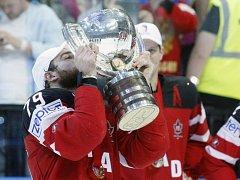 Hokejisté Kanady s pohárem pro mistry světa.