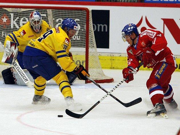 Reprezentant Ondřej Němec (vpravo) se snaží překonat brankáře Švédů Liva.