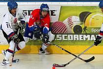 Čeští hokejbalisté (v červeném) porazili Slovensko 2:0.