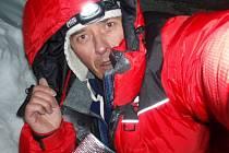 Český horolezec Martin Minařík v bivaku při loňském výstupu na Dhaulagiri.