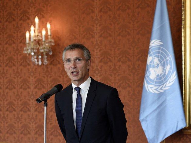 Při přijetí generálního tajemníka NATO Jense Stoltenberga visela v Trůnním sále Pražského hradu vlajka OSN místo vlajky Severoatlantické aliance.