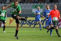 Jablonecký hráč Filip Klapka pálí na branku Baníku.