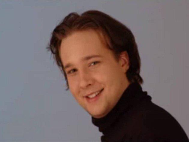 Vypadá jako roztomilý mladíček, že? A přitom zpívá zvučným, hlubokým basem, který by se hodil k úplně jiné tváři. Nadějný operní zpěvák Jan Martiník.