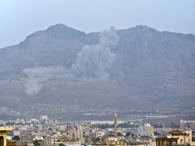 Arabská koalice dnes intenzivně bombardovala pozice šíitských povstalců v okolí Saná. Podle svědků to vyvolalo paniku a hromadný útěk obyvatelstva.