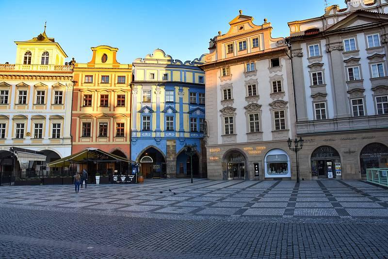 Prázdné je i Staroměstské náměstí. Na místě, kde běžně postávají stovky turistů, dnes narazíte jen na hrstku lidí.