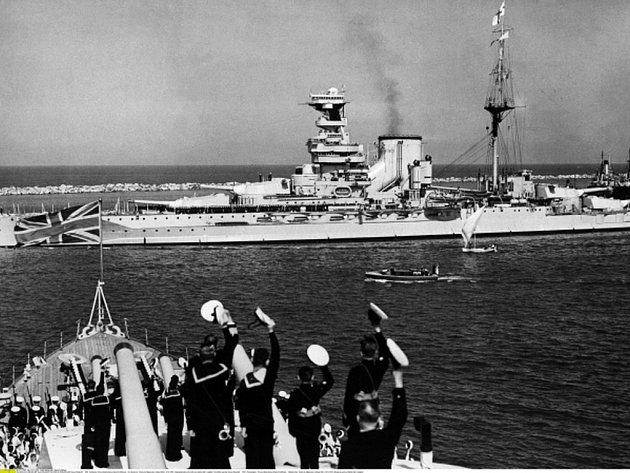 Na nejistou plavbu k americkým břehům se největší parník své doby vydal 3. březnu 1940 z Gourocku a kvůli utajení byl natřen matnou šedí.