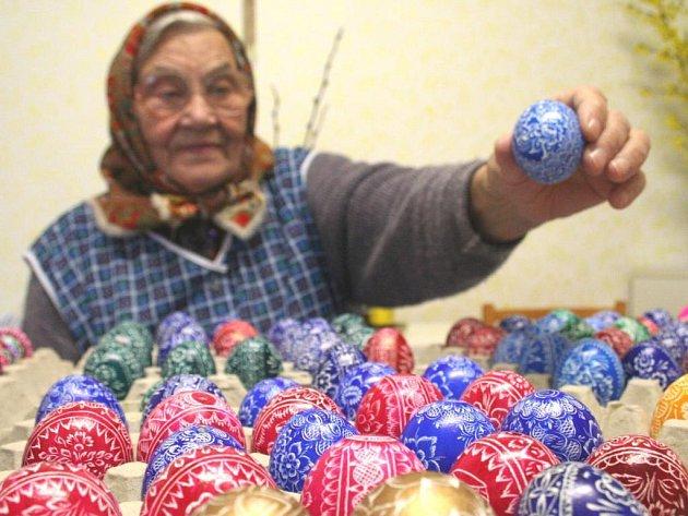 Sedmaosmdesátiletá Marie Nádeníčková z Borkovan představuje kraslice, které vyrobila tradiční technikou vyškrabávání různých ornamentů do vaječných skořápek.