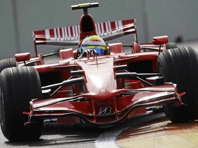 Felipe Massa ve Ferrari na trati Velké ceny Evopy ve Valencii.