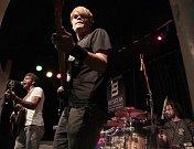 VANUA2. Spojením Yannick Tevi Band a Blue Effectu vznikla nová kapela. Později se k ní přidal kytarista Honza Ponocný. Vyprodala Malostranskou besedu.