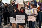 Rodiče s dětmi protestovali proti uzavření škol v New Yorku.