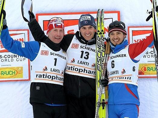 Lukáš Bauer (vlevo) na stupních vítězů s Francouzem Manificatem a Rusem Černusovem .