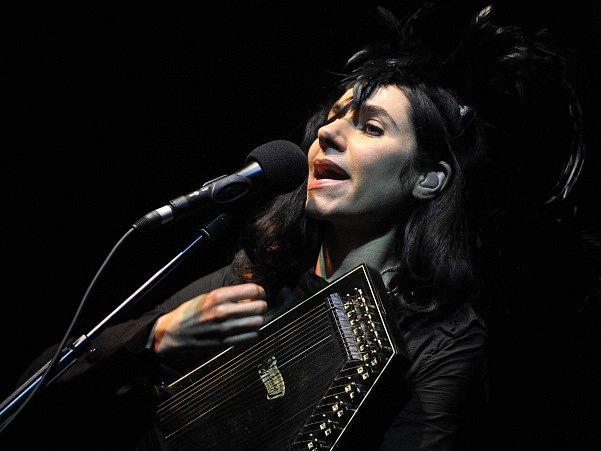 Britská zpěvačka a rocková písničkářka PJ Harveyová.