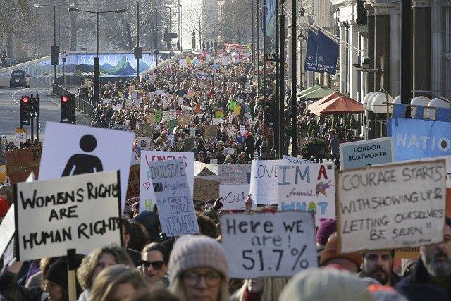 Manifestace za práva žen v Londýně.