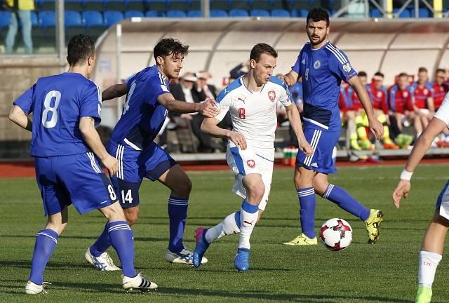 Vladimír Darida (v bílém) se snaží prosadit proti San Marinu.