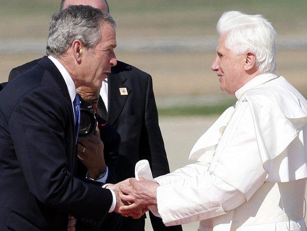 Prezident USA George Bush přivítal Bendikta XVI. na letišti Andrews u Washingtonu.