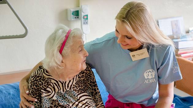 Dobrovolníci pomáhají potřerbným