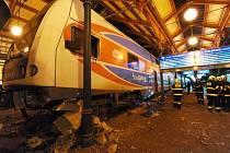 Obrovská rána, kterou slyšeli lidé v širším okolí, provázela nehodu, která v moci na středu vyřadila z provozu Masarykovo nádraží v centru Prahy.